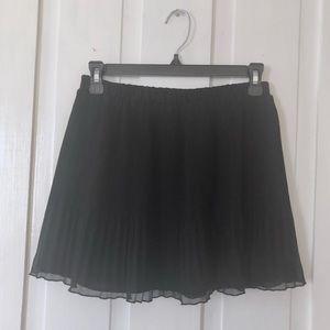 Aritzia Black Pleated Skirt. S